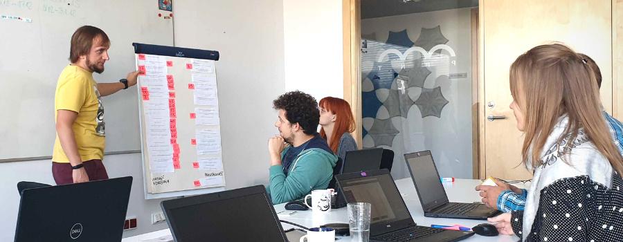 Pracownicy w trakcie pracy online